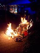 Papiertonne brennt: Flammen drohen auf weitere Tonnen und eine Hecke überzugreifen