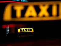 Taxifahrer wehrt Messerattacke im Wagen ab - schwer verletzt