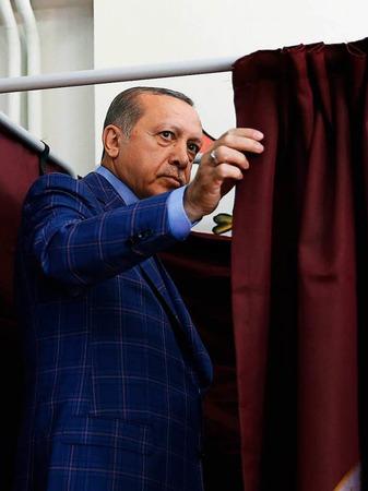 Erdogan gibt seine Stimme ab.