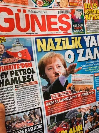 Merkel mit Hitlerbart in türkischer Zeitung