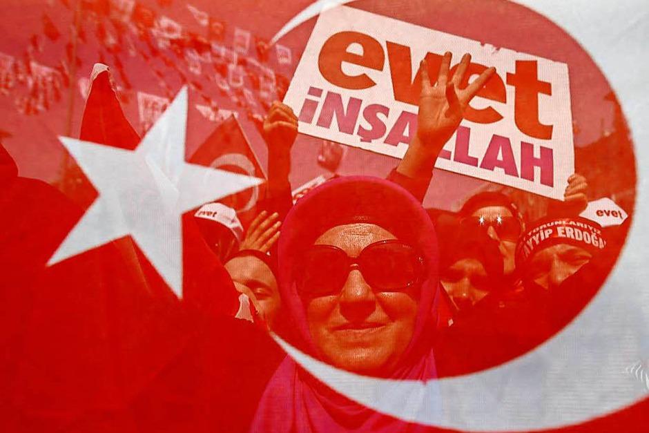 Frauen beim Wahlkampfabschluss (Foto: dpa)