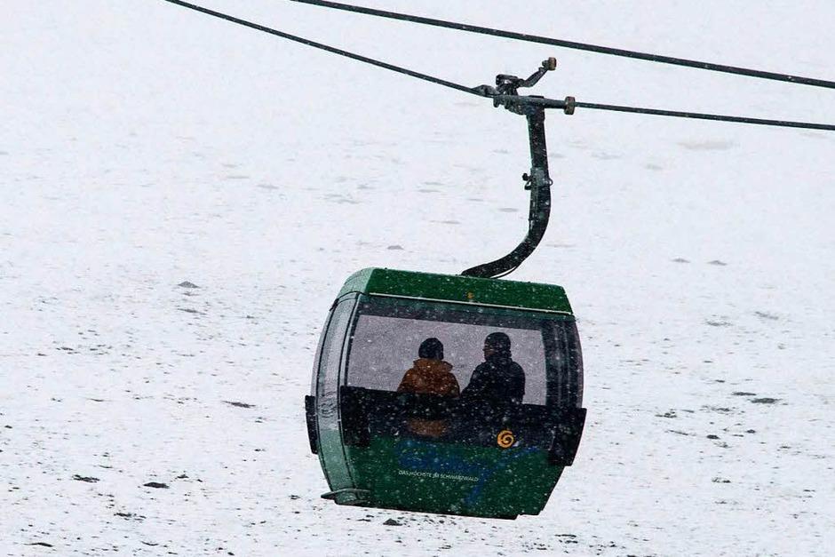 Touristen sitzen  am Ostermontag  in einer Kabine eines Sesselliftes und fahren auf den Gipfel des Feldbergs. (Foto: dpa)
