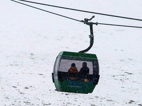 Touristen sitzen  am Ostermontag  in einer Kabine eines Sesselliftes und fahren auf den Gipfel des Feldbergs.