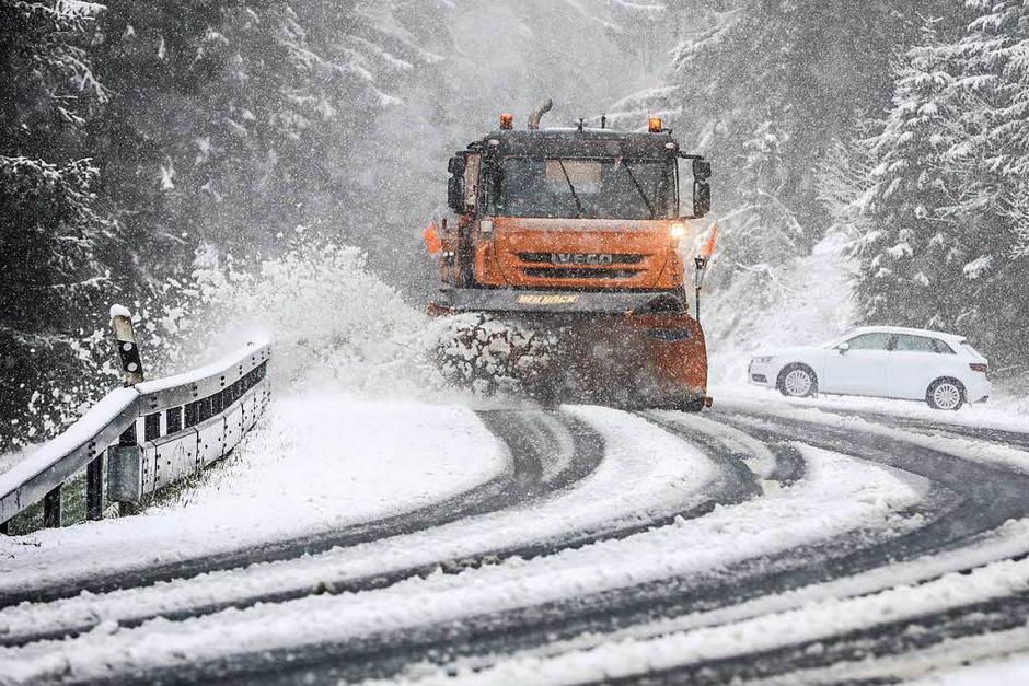 Ein Schneepflug räumt am Ostermontag auf dem Großen Feldberg im Taunus (Hessen) die Straße frei. (Foto: dpa)