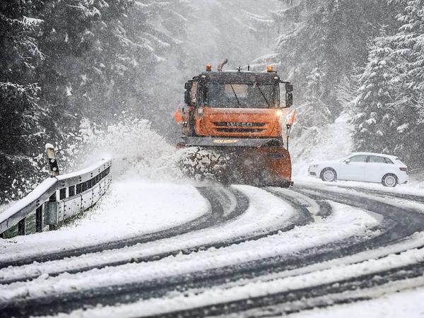 Ein Schneepflug räumt am Ostermontag auf dem Großen Feldberg im Taunus (Hessen) die Straße frei.
