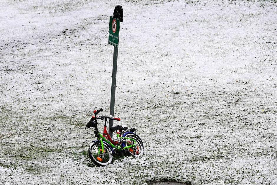 Kinderfahrräder stehen neben einem Wohnmobilstellplatz in Nesselwang (Bayern) am Sonntag (Foto: dpa)