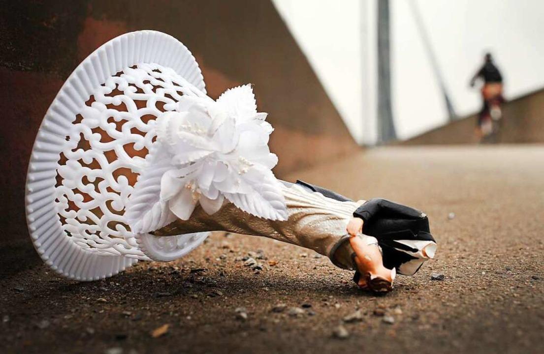 Reste einer Hochzeitsdekoration. In Rh...h ein Bräutigam, bevor es ernst wurde.  | Foto: dpa