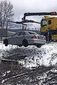Auto kommt auf B 500 wegen Glätte von Fahrbahn ab