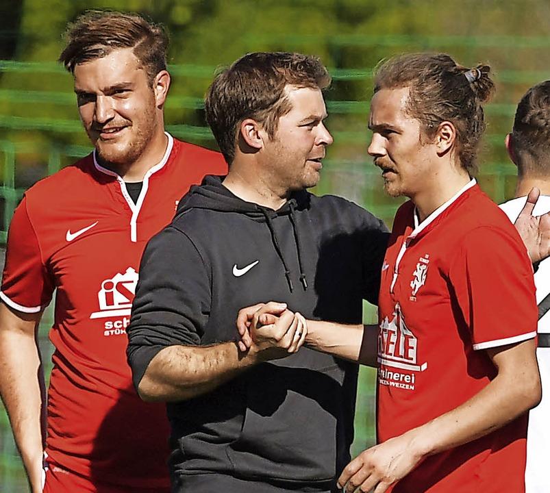 Zusammenhalt hilft: Bonndorfs Trainer ... bedankt sich bei seinen Fußballern.    | Foto: scheu
