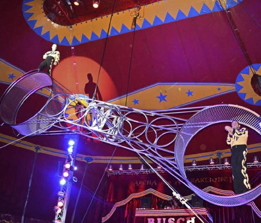 Der Circus  bietet beeindruckende Artistiknummern.   | Foto: Timo Köppel