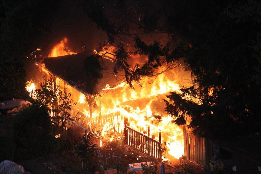 Zwei Gartenlauben und umliegende Bäume haben in Freiburg-Weingarten gebrannt.    Foto: Bernhard Schindele