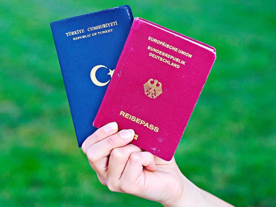 Eine Studentin zeigt einen türkischen ...inen deutschen Reisepass. (Archivbild)  | Foto: dpa