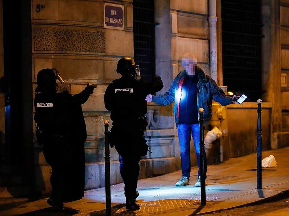 Polizisten kontrollieren Menschen auf den Straßen.  | Foto: AFP