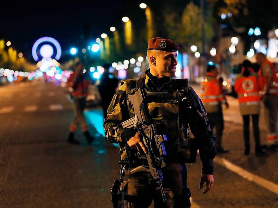 Sicherheitskräfte riegeln den Bereich ab.  | Foto: AFP