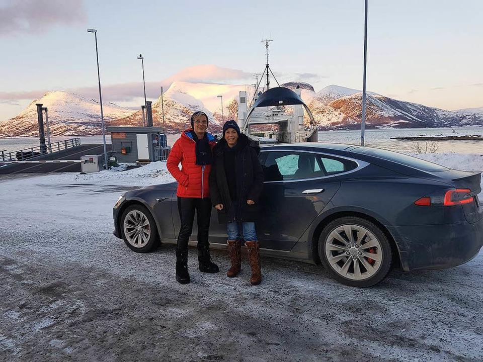 Heidi Prochaska (links) und  Claudia Wörner warten auf die Fähre in Tromsø.  | Foto: Claudia Wörner