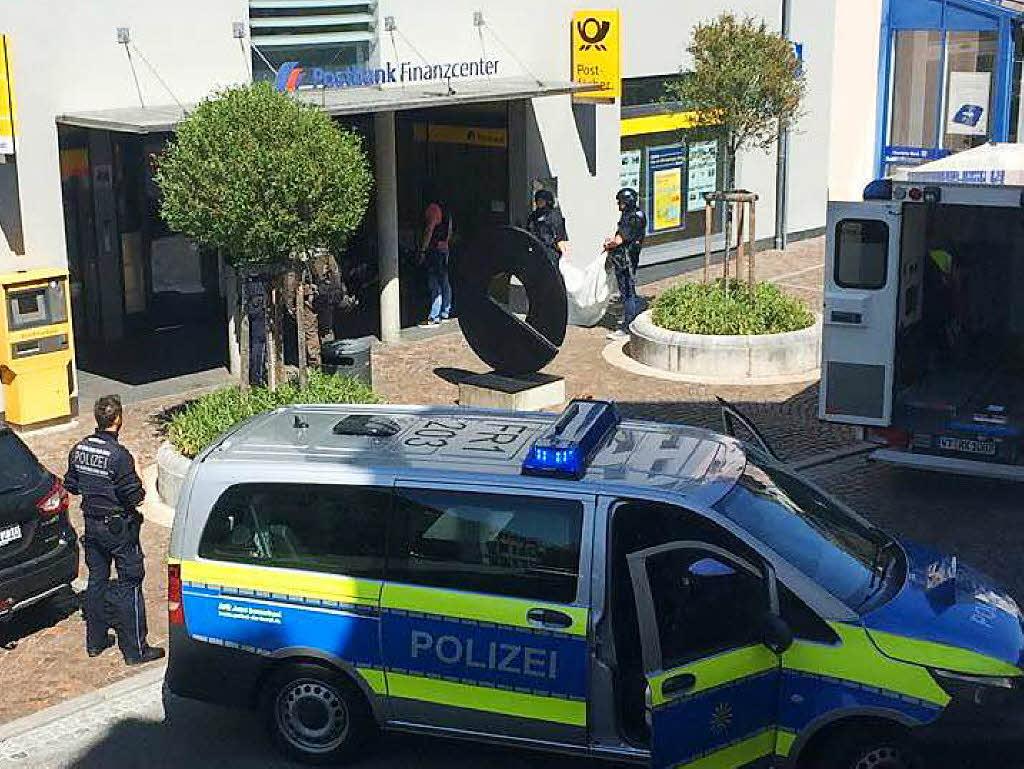 Bewaffneter Mann überfällt Bank - Täter und Angestellte im Gebäude
