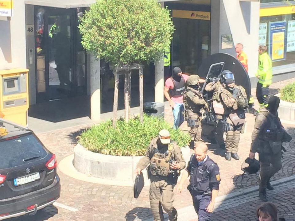 Kurz nach der Festnahme des Täters räumen die Einsatzkräfte das Feld.  | Foto: kamera24.tv