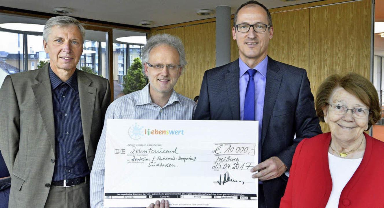 Eine Spende über 10000 Euro hat Jörg V...ai und Ellen Brockwoldt gratulierten.   | Foto: Michael Bamberger