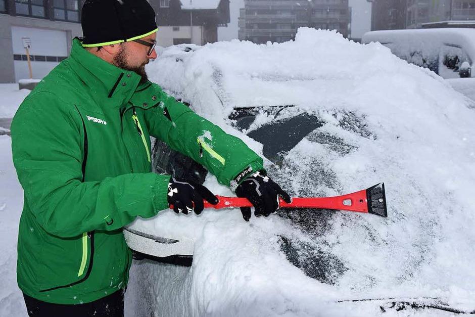 Ran an den Feger: Autofahrer am Feldberg mussten ihre Wagen am Mittwochmorgen erst einmal von Schnee befreien. (Foto: Kamera)