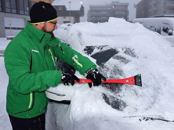 Ran an den Feger: Autofahrer am Feldberg mussten ihre Wagen am Mittwochmorgen erst einmal von Schnee befreien.