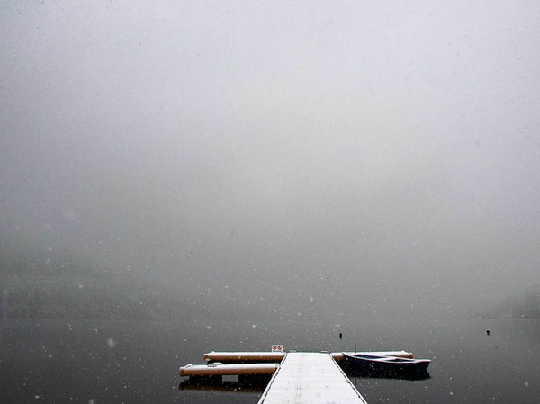 Schneebedeckt ist ein Steg am Titisee bei Titisee-Neustadt