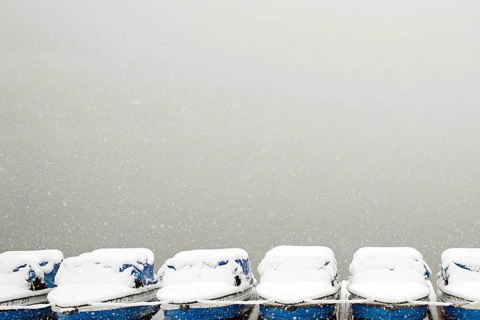 Schnee liegt auf Tretbooten, die am Titisee bei Titisee-Neustadt  liegen. (Foto: dpa)
