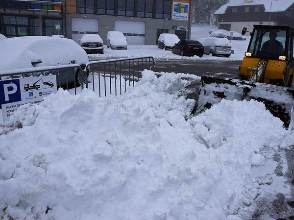 Schneeräumfahrzeug im Einsatz im Schwarzwald