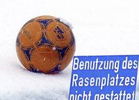 Winter im Frühling stoppt den Ball