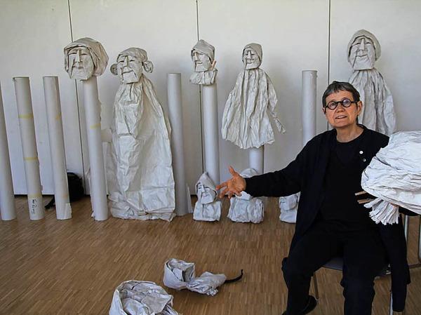 Das ist Horta Van Hoye mit ihren Kunstwerken aus Papier.