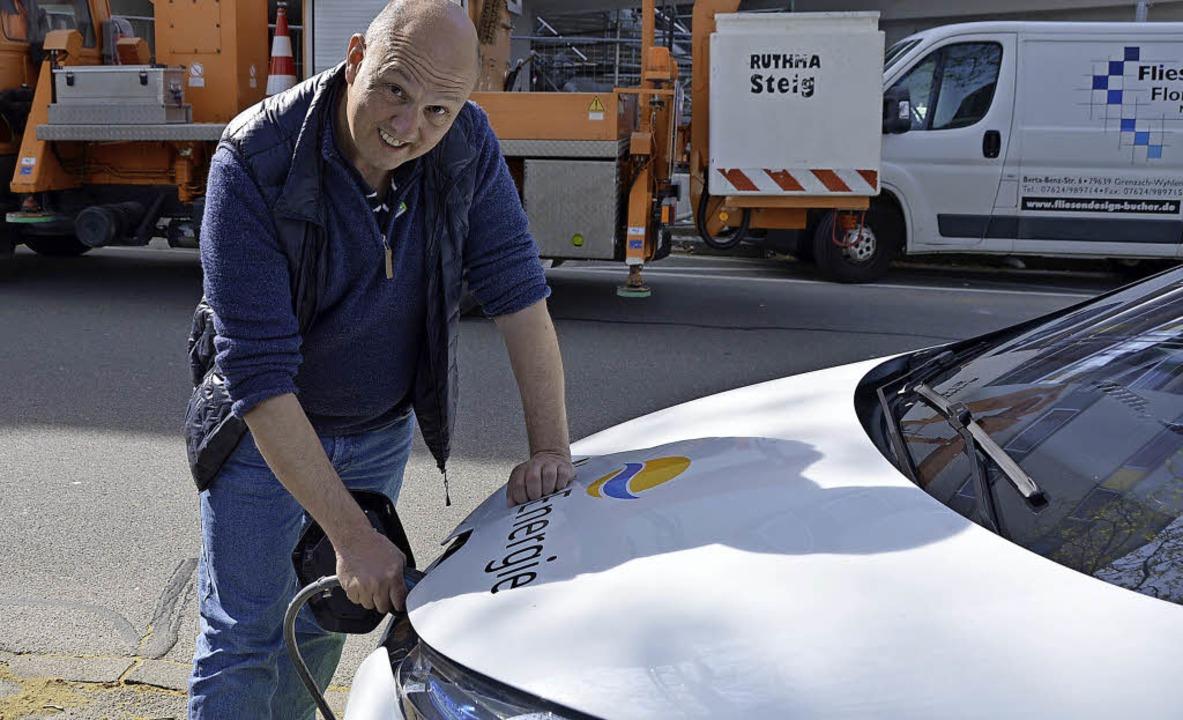 Ulrich Faigle vom BUND tankt gerade Strom für den Mietwagen.   | Foto: Horatio Gollin