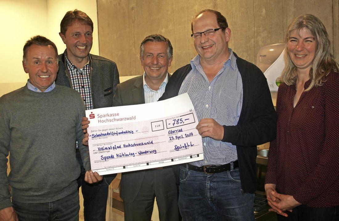 Einen Scheck über 785 Euro überreichte...Manfred Barhofer und  Suanne Janoff.    | Foto: DIETER MAURER