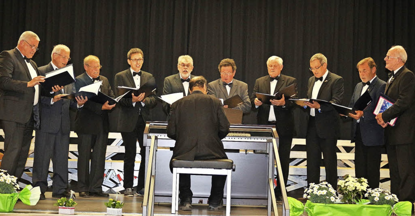 Die Windener Chorsänger  unter der Leitung von Bernhard Moncado.  | Foto: Karin Heiß