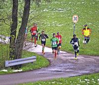 Marathonspezialist Peter Fane enteilt dem Feld beim Obereschacher Volkslauf