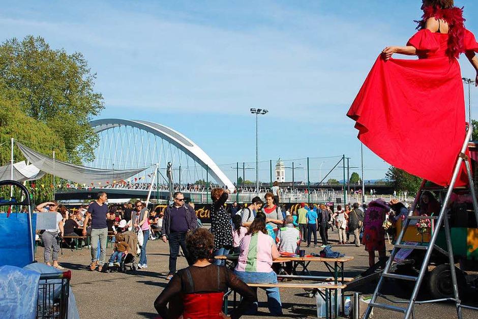 Vier Brücken verbinden jetzt Kehl und Straßburg. Am Wochenende haben beide Städte groß gefeiert, dass jetzt auch eine Straßenbahn sie verbindet und noch näher zusammenrücken lässt. <?ZP?> (Foto: Bärbel Nückles)
