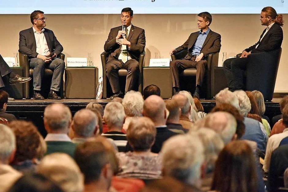 Die drei Kandidaten mit BZ-Redakteur Max Schuler auf dem Podium (Foto: Michael Bamberger)