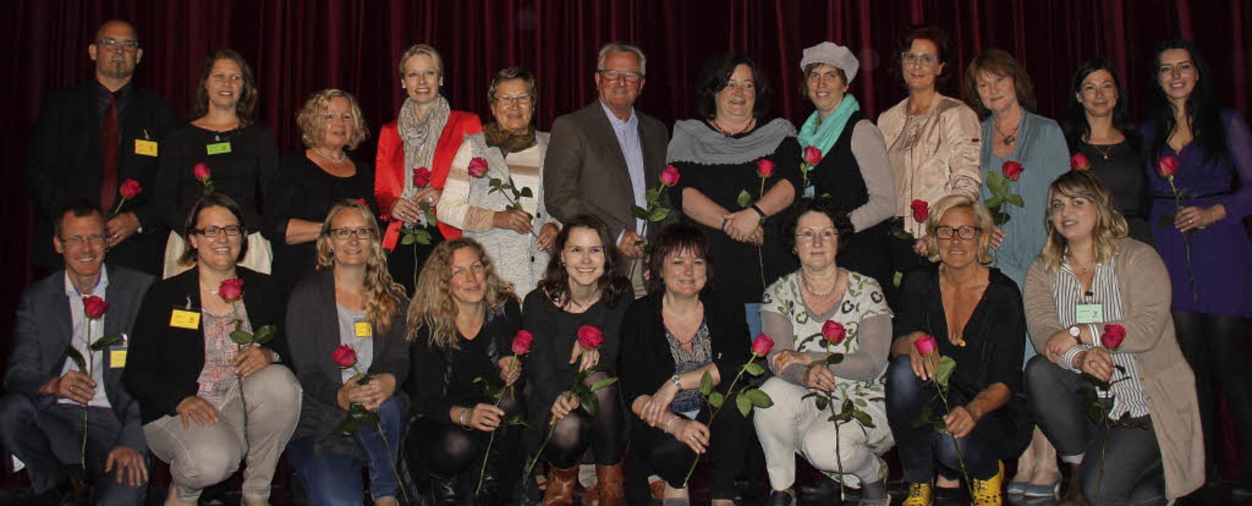 Das Vorstandsteam des Wunderfitz-Famil...sslich des Jubiläums mit roten Rosen.   | Foto: Siemann