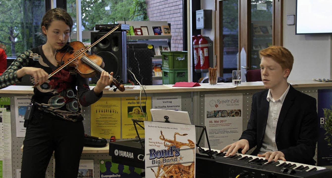 Isabella Leitherer und Yannick Schäfer umrahmten musikalisch.  | Foto: Yvonne Siemann