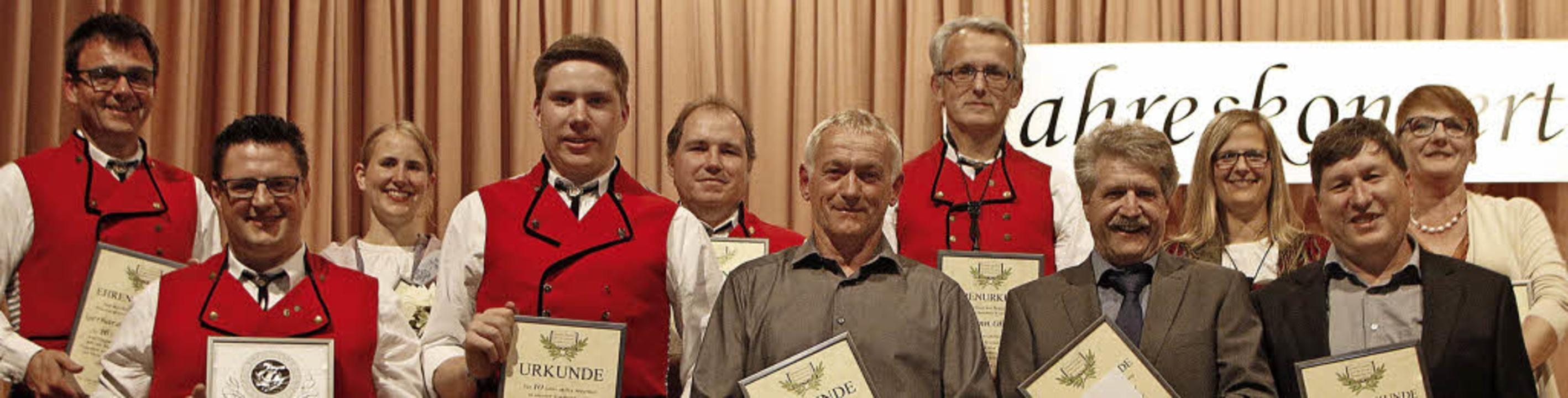 Verdiente Mitglieder der Trachtenkapel... des Konzerts ebenfalls ausgezeichnet.  | Foto: Heidi Foessel