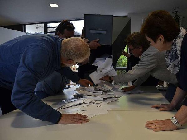 Auszählung der Stimmen im Roccafé. Die Wahlbeteiligung lag insgesamt bei rund 58 Prozent.