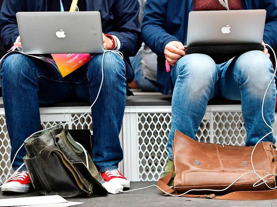 Auf der  re:publica in Berlin ist kaum...top, Smartphone oder Tablet unterwegs.  | Foto: dpa