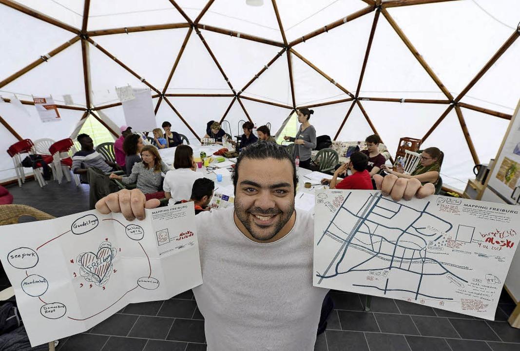 Mohammad Alsakka und seine zwei Karten...igen, wie er sich Freiburg erschließt     Foto: ingo schneider