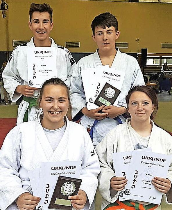 Stolze Neustädter Judoka (hinten v.l.)...(vorne) Matea Brigic und Jasmin Socha   | Foto: müller