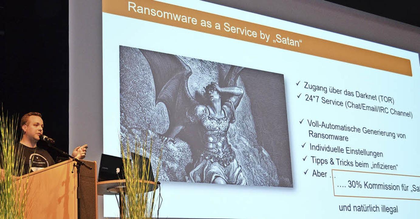 Auch das gibt es im Darknetz bei &#822...Mittermair beim Vortrag in Denzlingen.    Foto: Nikolaus Bayer