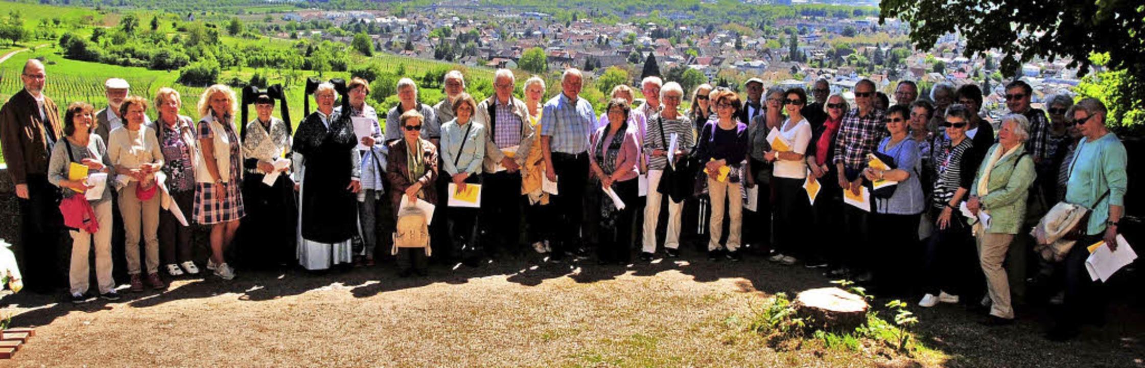 Auf der Aussichtsterrasse hinter der G...che versammelte sich die frohe Runde.   | Foto: Sedlak