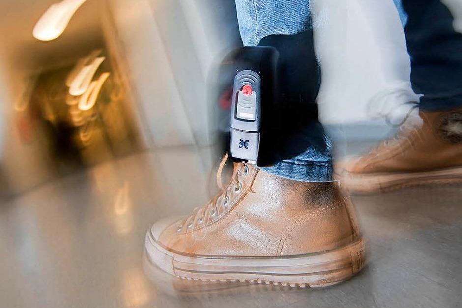 Fußfessel: Extremistische Gefährder können zum Tragen einer Fußfessel gezwungen werden. Das neue BKA-Gesetz erlaubt dem Bundeskriminalamt die Aufenthaltsüberwachung, gibt es Hinweise auf einen möglichen Anschlag. Auch der Aufenthalt verurteilter Extremisten kann per Fußfessel überwacht werden. (Foto: dpa)
