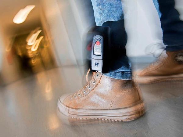 Fußfessel: Extremistische Gefährder können zum Tragen einer Fußfessel gezwungen werden. Das neue BKA-Gesetz erlaubt dem Bundeskriminalamt die Aufenthaltsüberwachung, gibt es Hinweise auf einen möglichen Anschlag. Auch der Aufenthalt verurteilter Extremisten kann per Fußfessel überwacht werden.