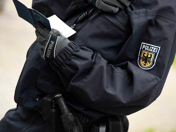 Schutz von Polizisten: Angriffe auf Polizisten oder Rettungskräfte werden künftig härter bestraft: Schon bei Attacken etwa auf Streifen können dann Haftstrafen von bis zu fünf Jahren verhängt werden. Gaffen an Unfallstellen und das Blockieren einer Rettungsgasse steht neu unter Strafe.