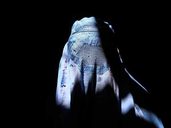 Burka-Teilverbot: Bundesbeamte und Soldaten dürfen ihr Gesicht während ihres Dienstes künftig nicht verhüllen. Bei der Beantragung von Ausweispapieren muss der Antragsteller zudem sein Gesicht zeigen, um einen Abgleich mit dem Foto zu ermöglichen.