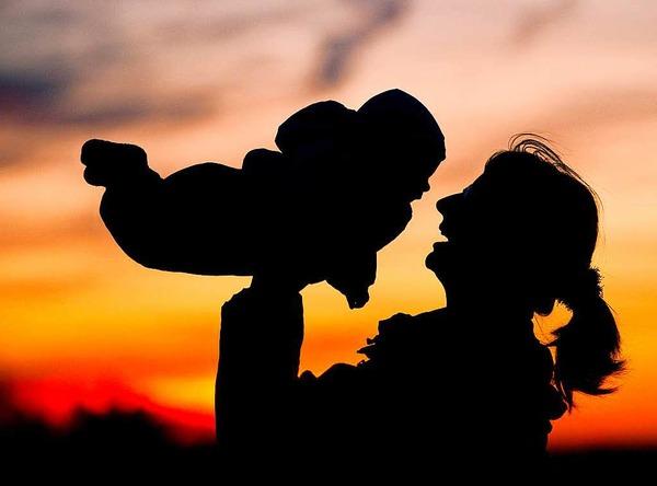 Mutterschutz: Der Mutterschutz gilt auch für Schülerinnen, Studentinnen und Praktikantinnen. Zudem erhalten Mütter von Kindern mit Behinderung künftig vier Wochen länger und damit insgesamt zwölf Wochen Mutterschutz. Auch bei Fehlgeburten wird der Schutz erweitert.
