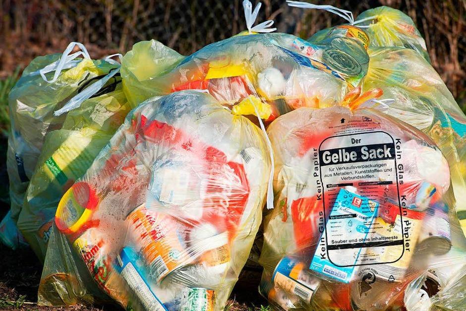Müll: Die Recyclingquote für Kunststoffverpackungen steigt bis 2022 von 36 Prozent auf 63 Prozent. Das ist der Anteil am Müll, den die sammelnden Unternehmen der Wiederverwertung zuführen müssen. Die Quote für Metalle, Papier und Glas steigt auf 90 Prozent. Außerdem gilt künftig für Getränkeverpackungen eine Mehrwegquote in Höhe von 70 Prozent. Geschäfte müssen gesondert auf Regale mit Mehrwegflaschen hinweisen. (Foto: dpa)